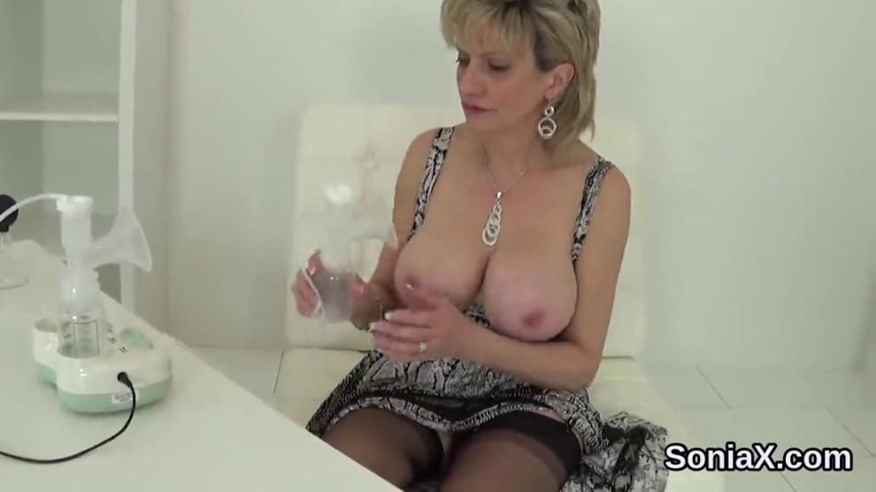 Cheating uk mature lady sonia shows off her gigantic boobs